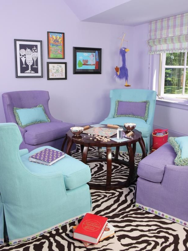bequeme-Stühle-in-lila-Farbe-Wohnzimmer
