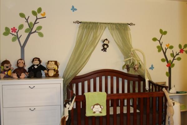 bett-baldachin - super babyzimmer mit vielen plüschtieren