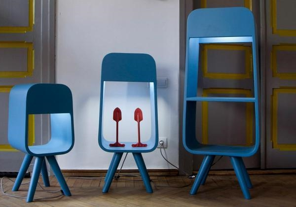 blaue-moderne-schmale-regale - verschiedene form und größe