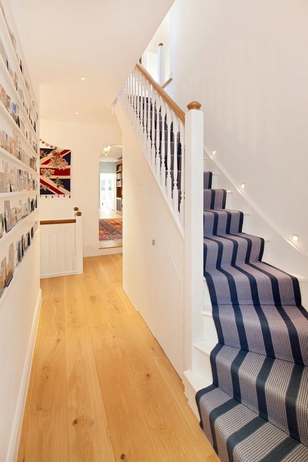 blaue-treppenteppiche für eine moderne flurgestaltung