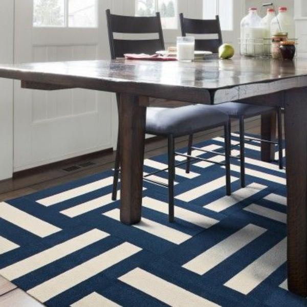blauer-Teppich-in-der-Küche-Idee