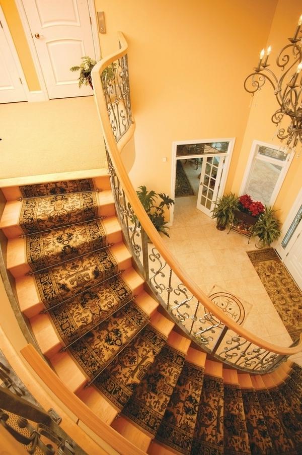 braune-treppenteppiche -foto-von-oben-genommen