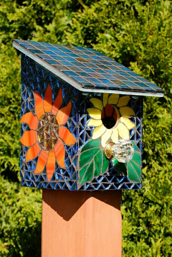 bunte-Vogel-Futterhäuser-aus-Holz-Mozaik