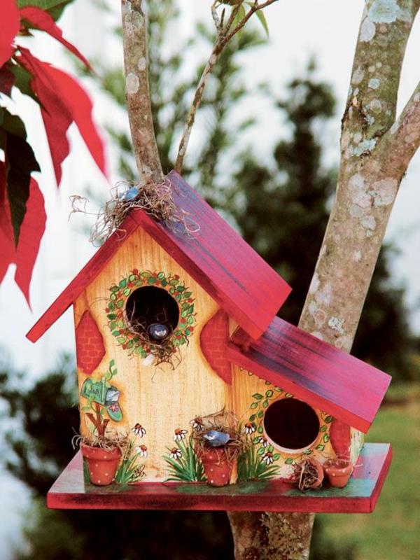 buntes-Futterhaus-für-Vogel-aus-Holz-in-Rot