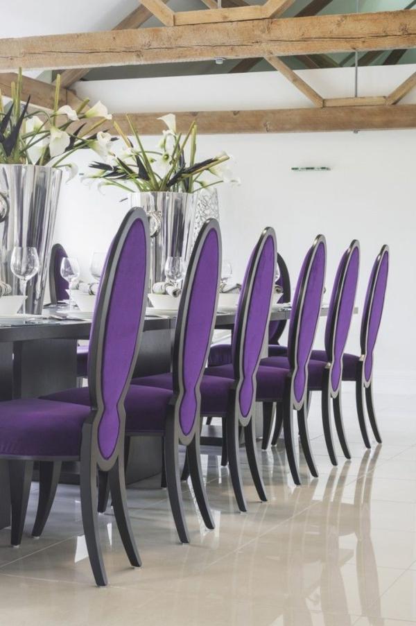 coole-Stühle-in-Lila-am-Tisch