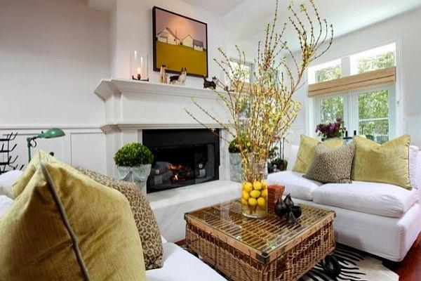cooler-Tisch-aus-Rattan-mit-Glasplatte-im-Wohnzimmer
