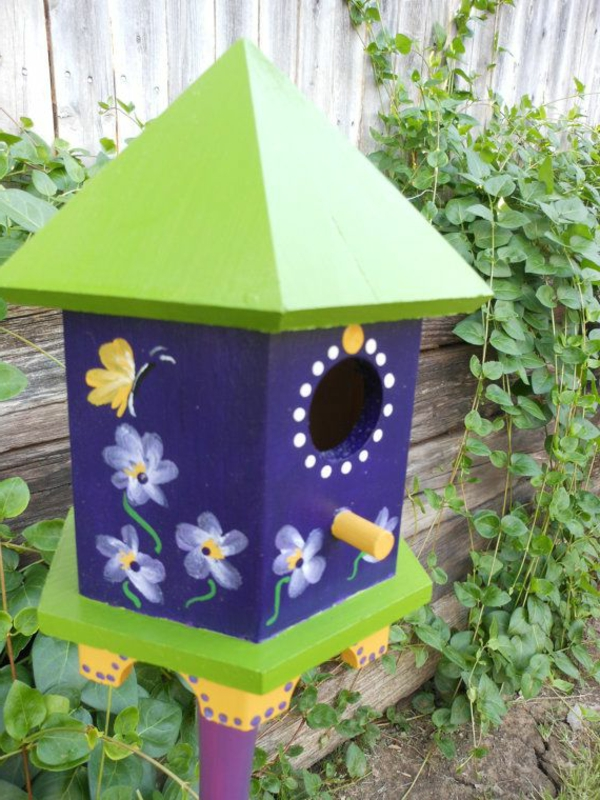 cooles-Futterhaus-für-Vogel-aus-Holz-im-Garten