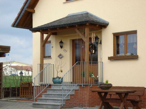cooles-Holzvordach-am-Eingang-Designidee