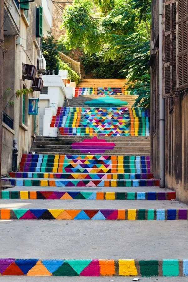 tolles-Treppendesign-mit-vielen-Farben-Außentreppen