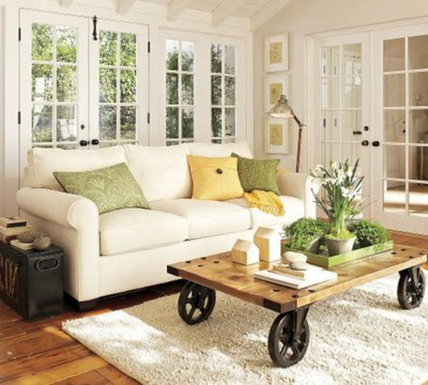 couchtisch-auf-rollen-neben-einem-weißen-sofa