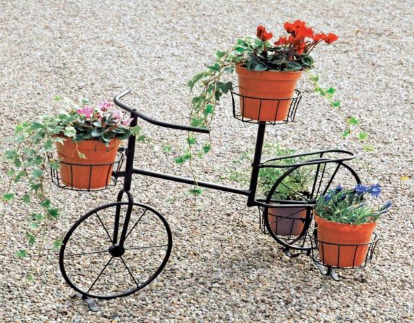 dekoideen-für-den-garten-dekoratives-fahrrad-als-dekoelement