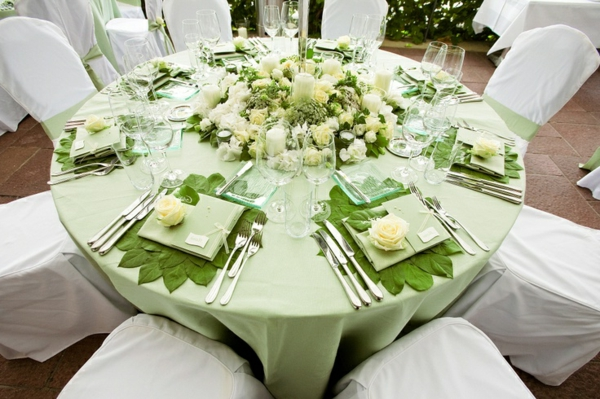 Elegante Tischdeko in Grün und Weiß mit frischen Rosen.