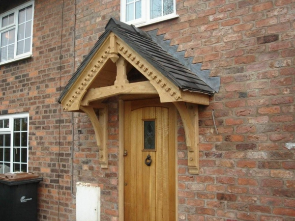 effektvolles-Vordach-aus-Holz-Design