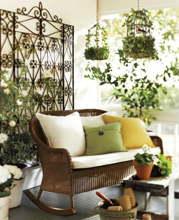 ein-sofa-mit-dekokissen-draußen-gestellt