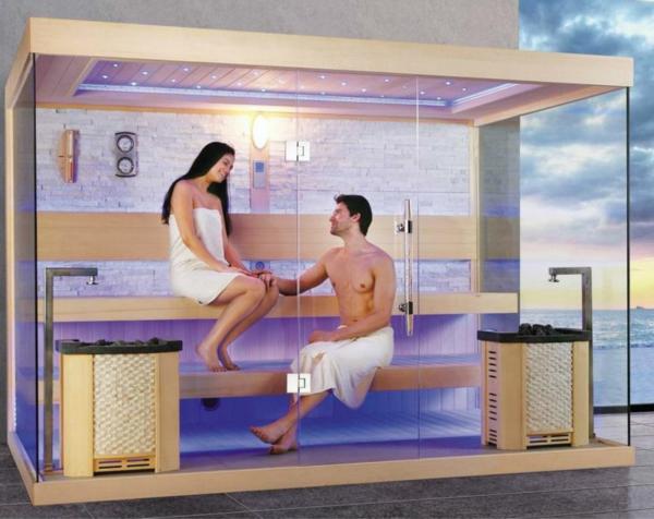 eine-frau-und-ein-mann-in-einer-sauna-mit-glasfront