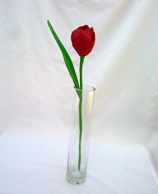 eine-rote-papiertulpe-basteln - hintergrund in weiß