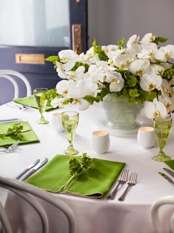 elegante-Tischdeko-in-Grün-und-Weiß-Design