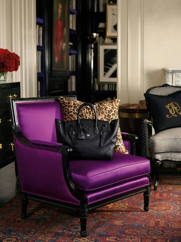 eleganter--lila-Stuhl-im-Wohnzimmer-Design-Idee