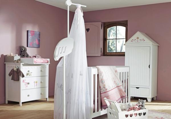 elegantes-babyzimmer-mit-einem-weißen-baldachinbett