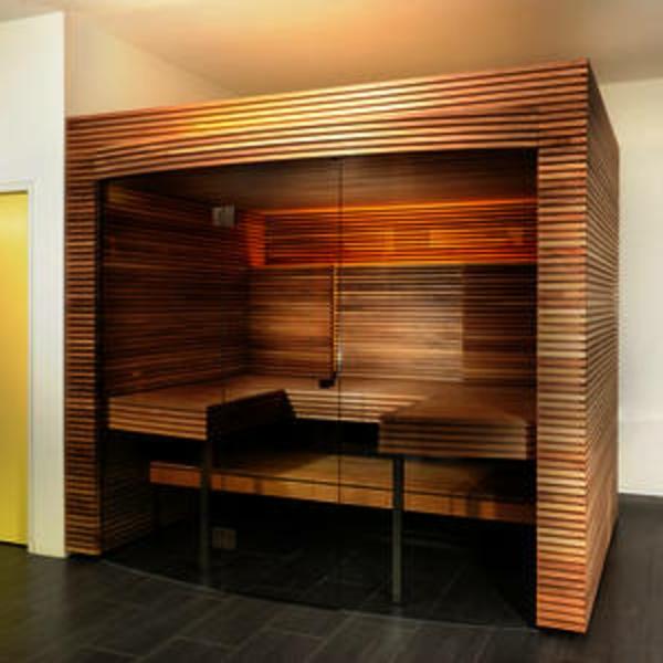 kleine moderne sauna mit glasfort