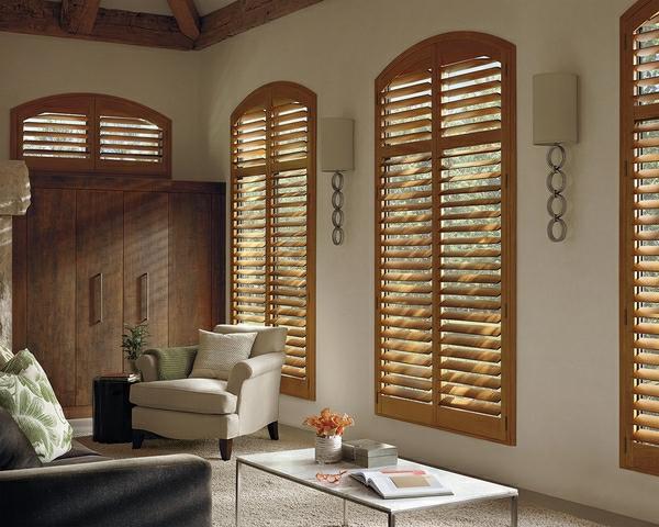 Elegantes Wohnzimmer Mit Modernen Jalousien Aus Holz