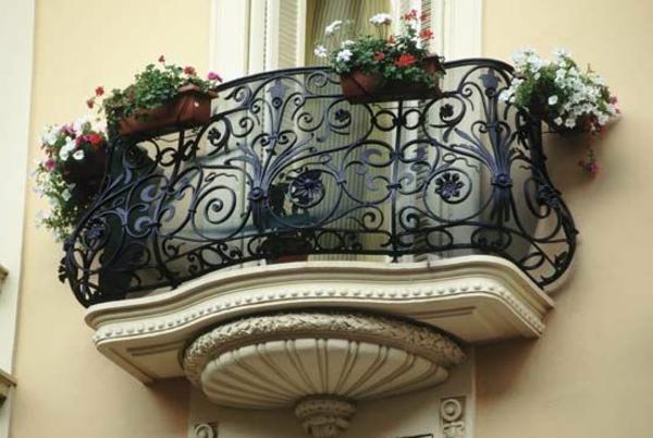 erstaunliches-Geländer-für-einen-Balkon-mit-Pflanzen