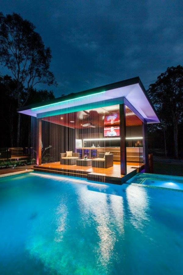 ertsuanliches-haus-aus-glas-mit-pool-architektur
