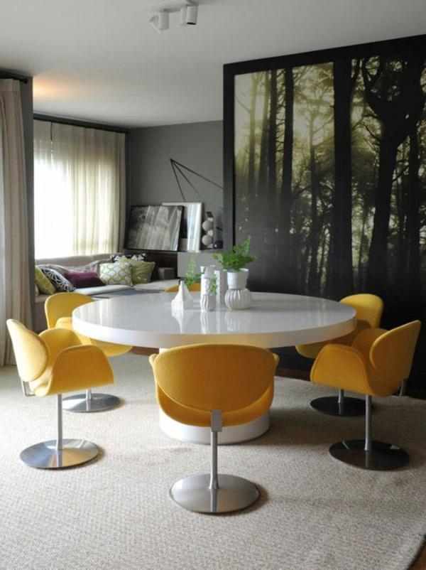 Fünf Stühle Im Gelb Im Esszimmer