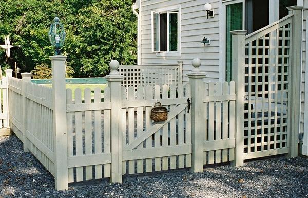 Gartendesign-fantastischer-Zaun-aus-Holz-in-weißer-Farbe