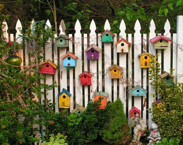 farbige-Vogel-Futterhäuser-aus-Holz-Ideen