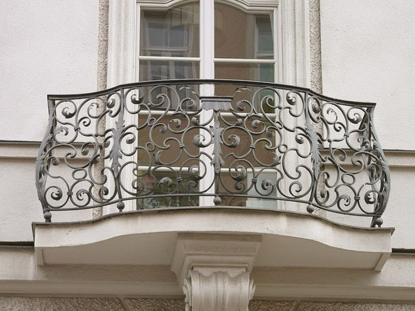 faszinierendes-Geländer-für-einen-Balkon-Eisen