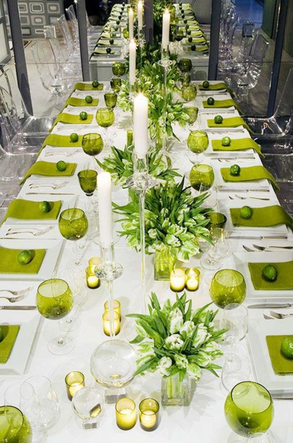 feierliche-Tischdeko-mit-Blumen-und-grüne-Gläsern-weiße-Tischdecke