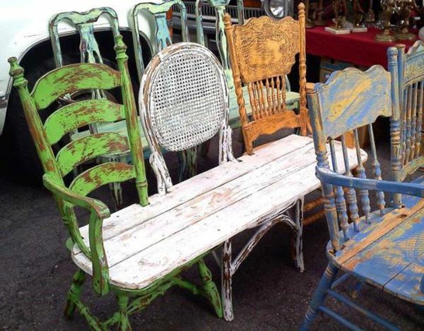 garten   bank-aus-stühlen-gemacht - bunt gefärbt