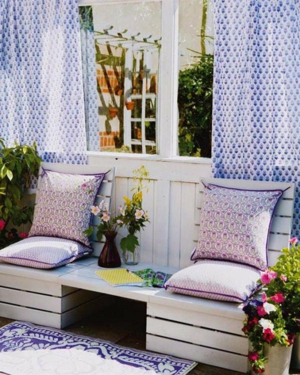 garten   bank-sehr-zärtlich-aussehen - lila gardinen dahinter
