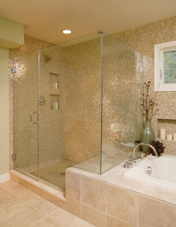 helles badezimmer mit einer modernen gläsernen duschkabine