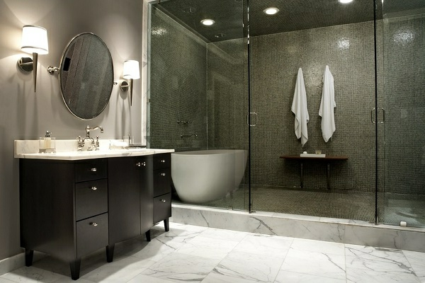 geflieste-dusche-im-dunklen-luxuriösen-badezimmer - spiegel mit runder form an der wand