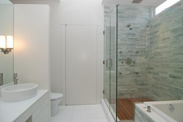 geflieste-dusche-im-hellen-badezimmer - weiße wandgestaltung