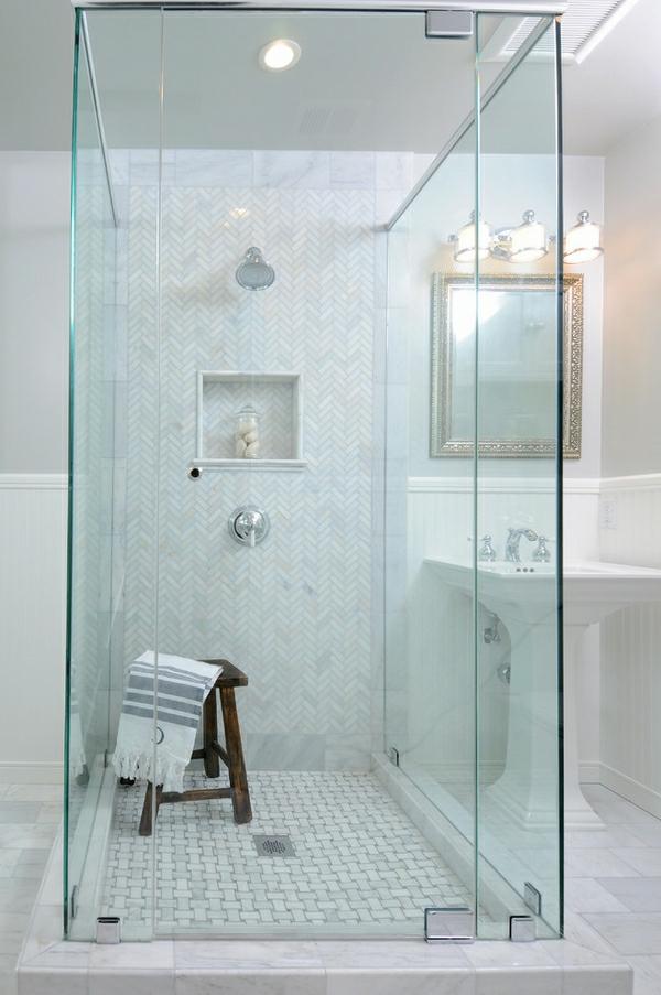 geflieste-dusche-im-luxuriösen-weißen-bad - ein stuhl drin