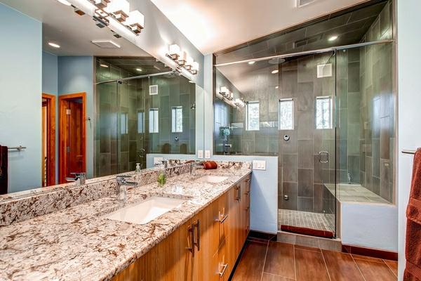 geflieste-dusche-luxuriöse-ausstattung - waschbecken aus marmor