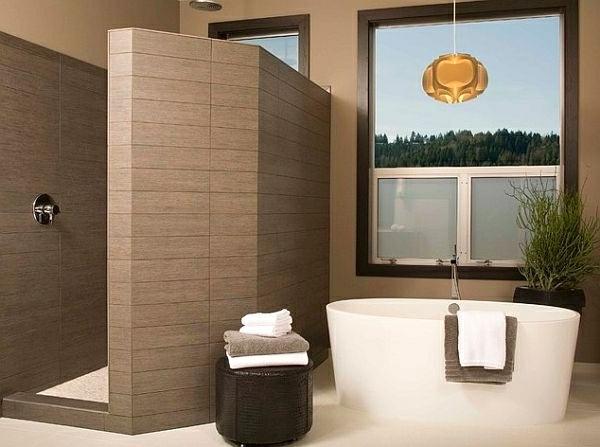 geflieste-dusche-neben-einer-weißen-badewanne neben einem fenster