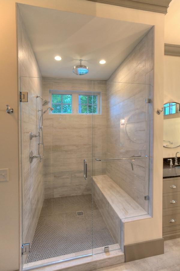 geflieste-dusche-super-schön-ausgestattet - zwei kleine fenster ind er duschkabine