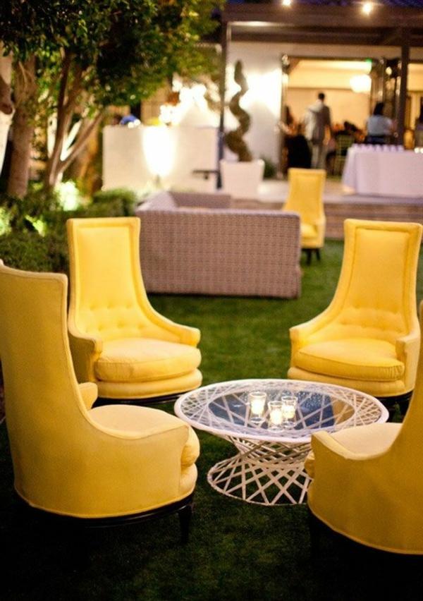 schöne-gelbe-Stühle-im-Garten