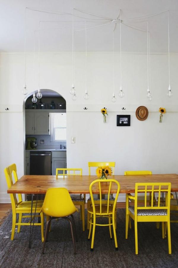 viele-.gelbe-Stühle-mit-verschiedenen-Designs