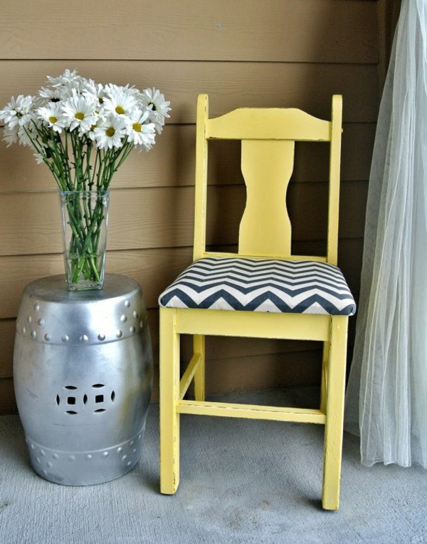 gelber-Stuhl-als-Dekoration-Dekoidee