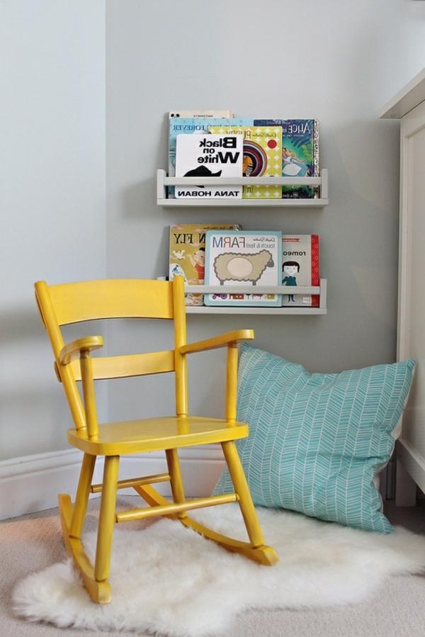 gelber-Stuhl-im-Zimmer-Schaukelstuhl
