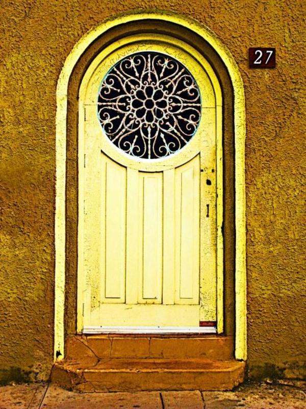 gelber-Tür-Fenster-rund-von-Draußen