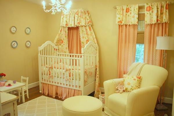 gelbes-babyzimmer-mit-einem-baldachin-bett