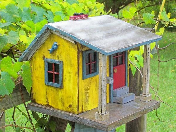 gemütliches-Vogel-Futterhaus-aus-Holz-selber-machen-Ideen