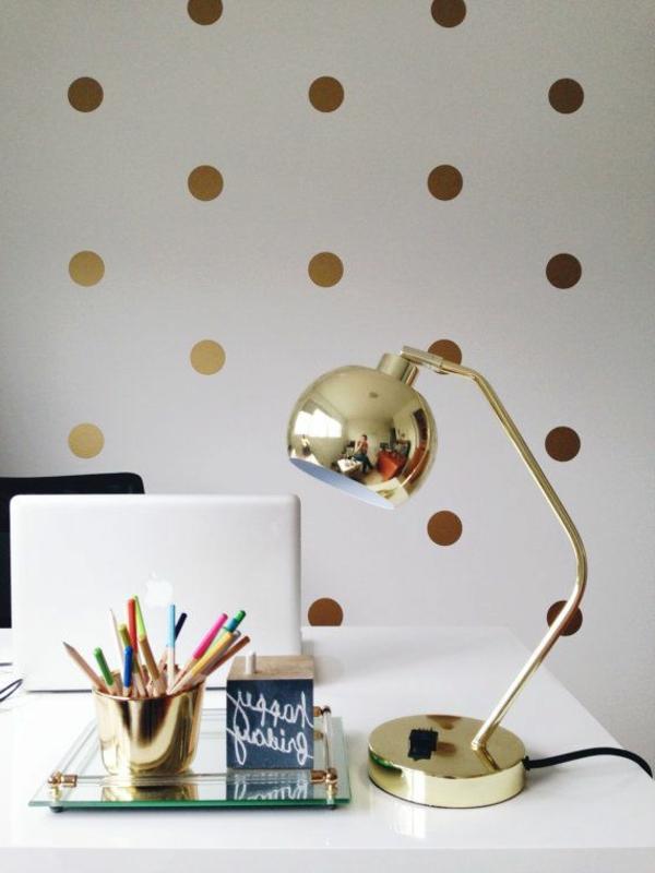 goldene-Schreibtischlampe-mit-Glanzoberfläche-Ideen
