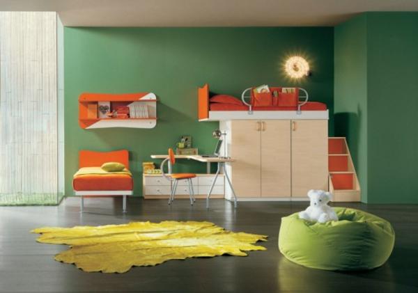 grüne-wand-und-gelber-teppich-im-Kinderzimmer